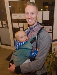 Genießt die Elternzeit: Familienvater Peter Niemann mit Sohn Orson